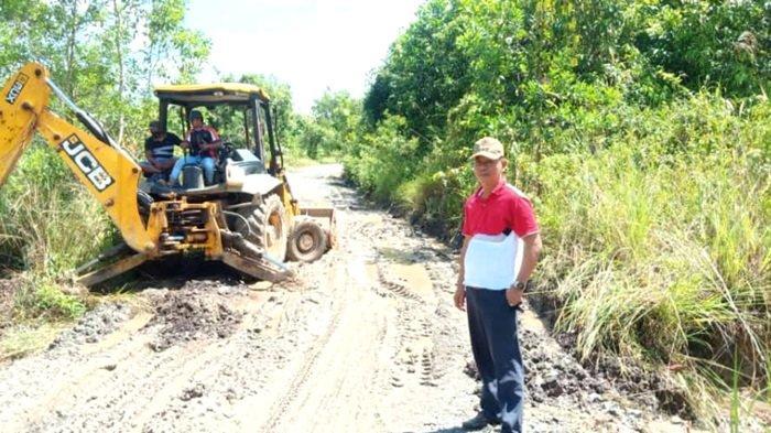 Camat Sampanahan Gandeng Perusahaan Sawit Perbaiki Jalan Rusak Berlumpur di Sampanahan Kotabaru