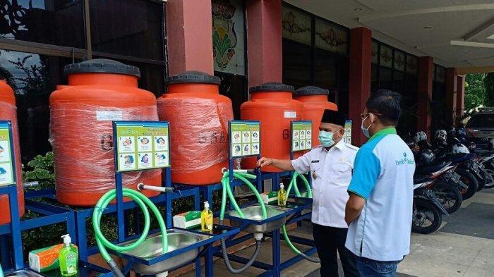 Bank Kalsel Salurkan Fasilitas Tempat Cuci Tangan bagi Warga HSU