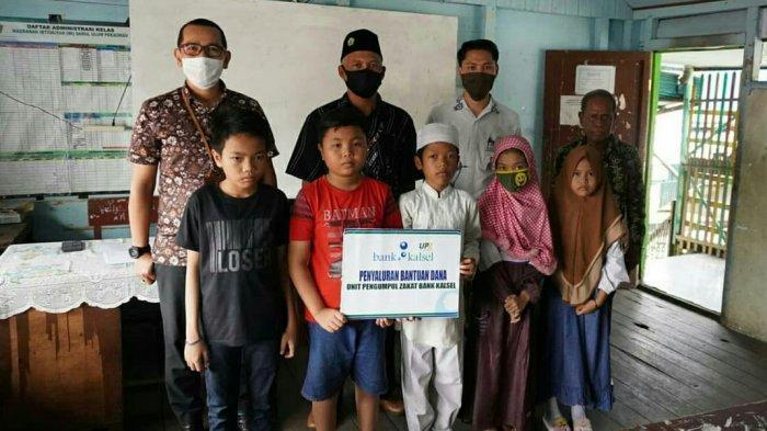 UPZ Bank Kalsel Berikan Santunan Pada Siswa Terdampak Covid-19