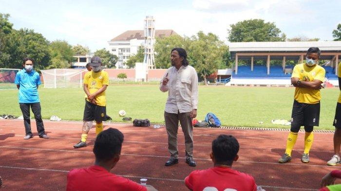 Jelang Laga Barito Putera Vs Arema FC, Hasnur Datang ke Tempat Latihan Beri Motivasi ke Pemain