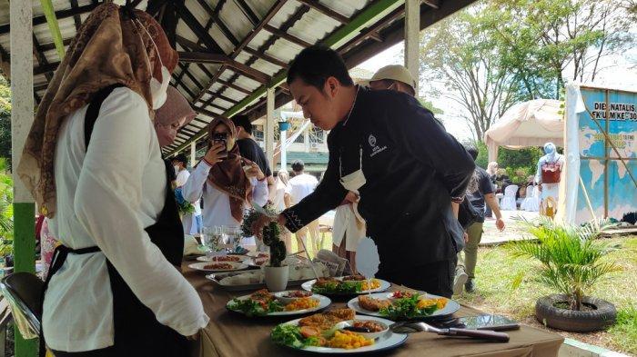 Chef Agus saat mencicipi Lomba masakan para peserta