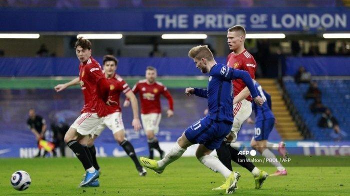 Striker Chelsea asal Jerman Timo Werner (tengah) melakukan tembakan yang gagal selama pertandingan sepak bola Liga Utama Inggris antara Chelsea vs Manchester United di Stamford Bridge di London pada 28 Februari 2021.