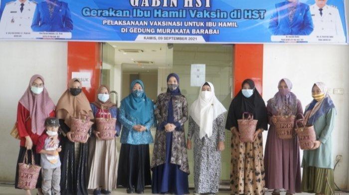 Cheri Bayuni Budjang berfoto bersama peserta vaksin dari kalangan ibu hamil.
