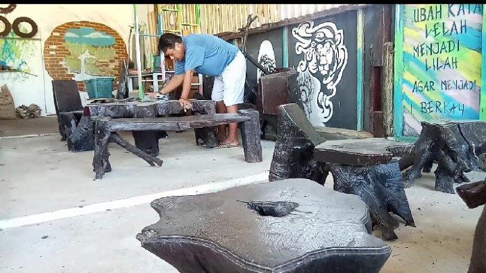 Mengunjungi Showroom Limbah Kayu Warga Kintap, Meja Kursi Kreasi Gatot Laku Rp 15 Juta
