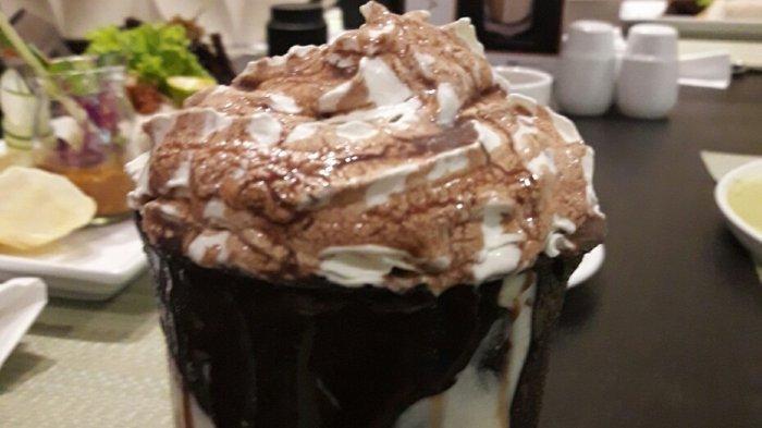 Tak Hanya Minuman Cokelat Dinginnya, Cangkirnya pun Dinikmati Sampai Habis