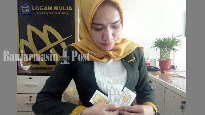 Customer Butik LM Banjarmasin menunjukkan emas antam yang tersedia di Butik Emas LM.