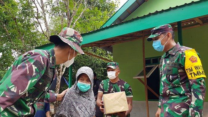 EMPATI- Dandim 1009/Tla Letkol Inf Adi Yoga Susetyo bersama Tim Wasev menyapa Arbaiyah, warga Dusun Riam Pinang, Selasa (29/6) siang. Lansia yang rumahnya telah reot dibangunkan baru pada kegiatan TMMD ke-111 Kodim 1009/Tla.
