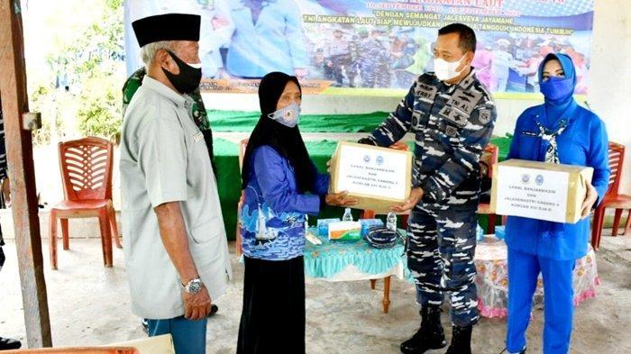 Peringati HUT Ke-76 TNI AL, Lanal Banjarmasin Gelar Bakti Sosial kepada Masyarakat Maritim
