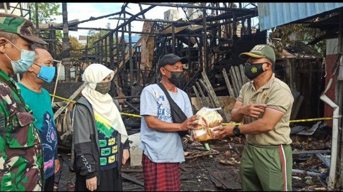 Danramil 1007-03 BBT Beri Bantuan untuk Warga Korban Kebakaran di Teluk Dalam Banjarmasin