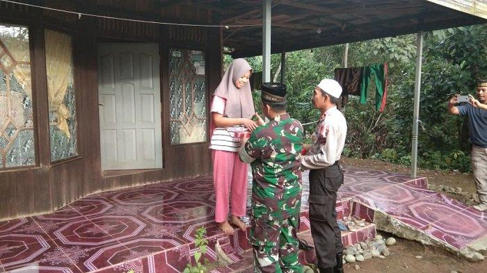 Danrami Ilung dan Kapolsek Limpasu Bagi Takjil, Door to Door Datangi Langsung Rumah Warga