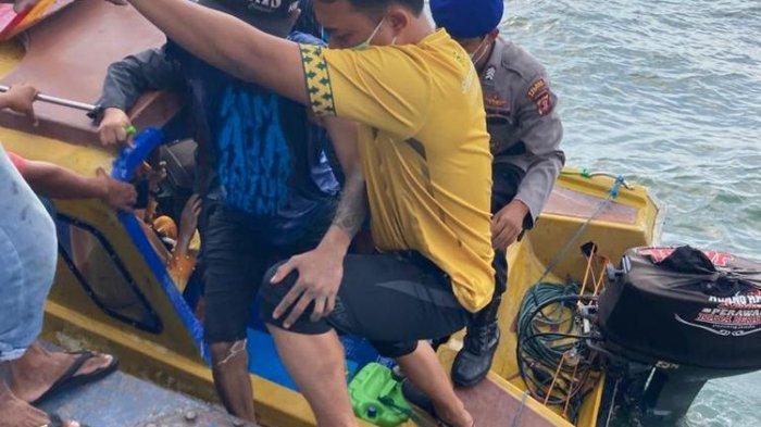 Dedik Purnomo saat dievakuasi usai mengapung menggunakan dua galon di sekitar Teluk Balikpapan, Rabu (16/12/2020).