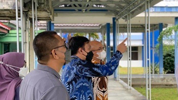 Dekan FK ULM, Dr. dr. Iwan Aflanie, M.Kes., Sp.F, S.H dan Direktur RSUD  H.Damanhuri Barabai, dr.Nanda Sujud Andi Yudha Utama, Sp.B beserta tim dalam kegiatan visitasi rumah sakit pendidikan satelit