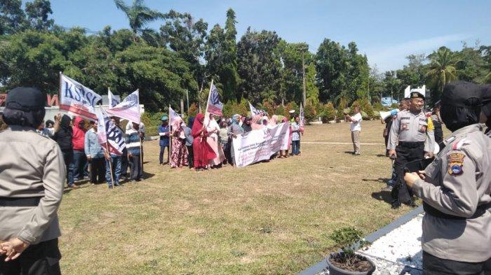 Puluhan anggota organisasi buruh Konfederasi Serikat Buruh Sejahtera Indonesia (KSBSI) Kalimantan Selatan mendatangi Kantor Bupati Tanahlaut, Kamis (4/10/2018) sekitar pukul 11.30 Wita.