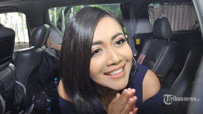 Cerita Denada, Kala Rumah Tangga Bersama Jerry Aurum di Ujung Tanduk