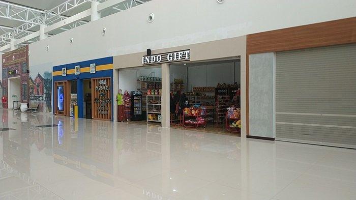 Deret stan beragam produk di terminal baru Bandara Internasional Syamsudin Noor.