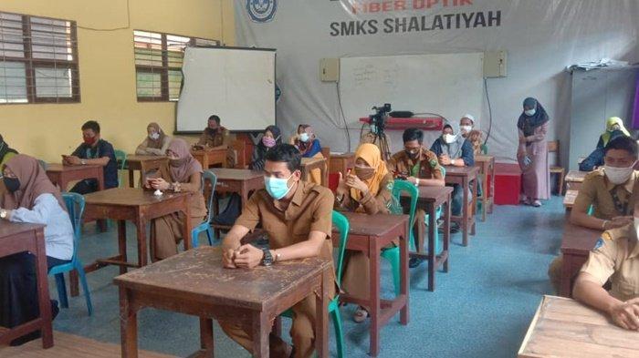 Dewan guru dan dari Dinas Perpustakaan dan Arsip di Sekolah Menengah Kejuruan Shalatiyah Bitin di Kecamatan Danau Panggang, Kabupaten Hulu Sungai Utara (HSU), saat mengikuti kegiatan tim penilai lomba perpustakaan tingkat SLTA se Kalimantan Selatan tahun 2021.