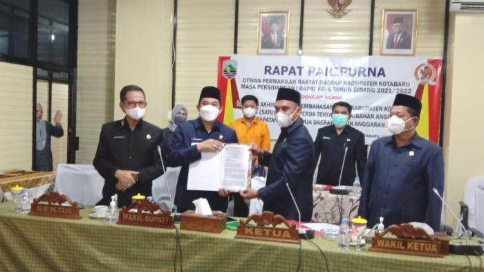 Didampingi Sekda H Said Akhmad (kiri), Wakil Bupati Kotabaru Andi Rudi Latif (dua dari kiri) dan Ketua DPRD menunjukan dokumen RAPBD-P tahun 2021