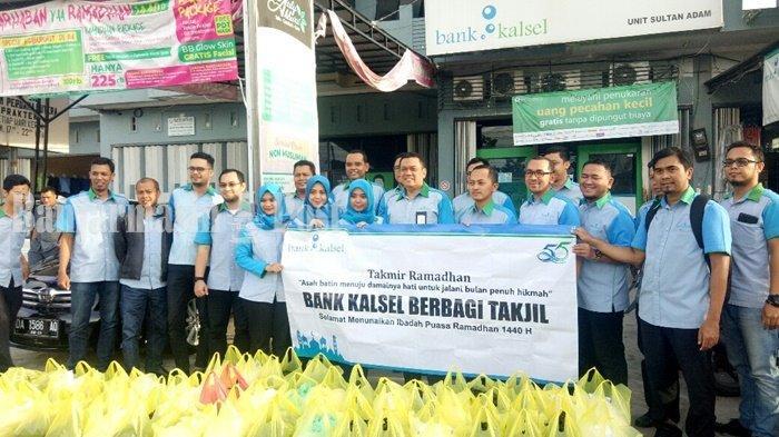 Rayakan Berkah Ramadan, 500 Takjil Dibagikan Bank Kalsel di Kawasan Sultan Adam