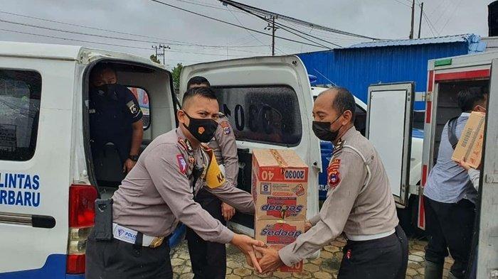 Ditlantas Polda Kalsel dan Satlantas Polres Banjarbaru Beri Bahan Makanan untuk Korban Banjir