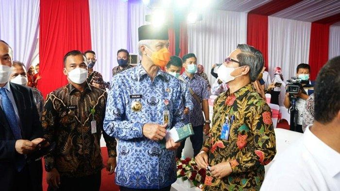 Direktur Niaga dan Manajemen Pelanggan PLN, Bob Saril, bersama Gubernur Jawa Tengah, Ganjar Pranowo, dalam acara groundbreaking PT KCC Glass Indonesia di Kawasan Industri Terpadu (KIT) Batang, Jawa Tengah.