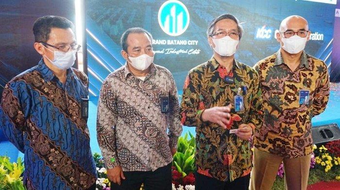 Direktur Niaga dan Manajemen Pelanggan PLN, Bob Saril (dua dari kanan), memberikan penjelasan tentang pasokan listrik di Kawasan Industri Terpadu Batang, Jawa Tengagh, Kamis (20/5/201).