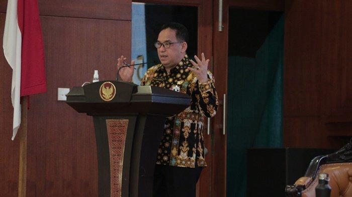 Direktur Produk Hukum Kementerian Dalam Negeri, Makmur Marbun MSi, memaparkan tentang implementasi Sistem Informasi Pemerintah Daerah kepada para pejabat di Setda Provinsi Kalimantan Selatan di Banjarbaru, Selasa (6/4/2021).