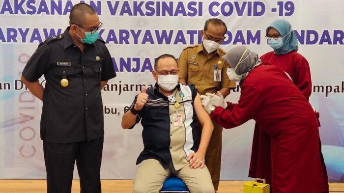 Dirut PDAM Bandarmasih, Yudha Achmadi disuntik vaksin Covid-19, Selasa (6/4/2021).