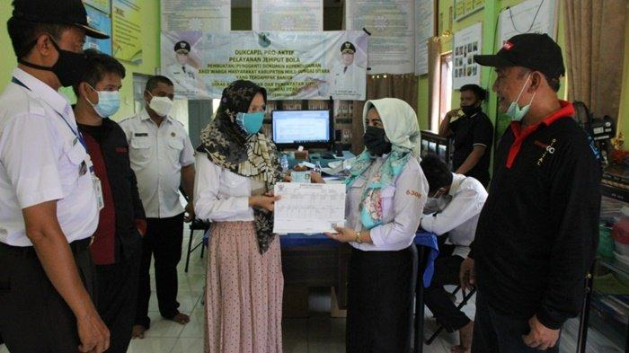 Disdukcapil Kabupaten HSU Bantu Bikinkan Dokumen untuk Warga Terdampak Banjir