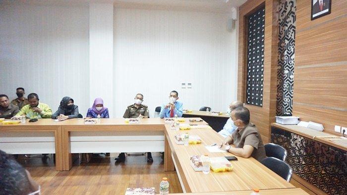 Diskusi anggota DPRD Kabupaten Barito Kuala (Batola) dengan jajaran Kejaksaan Negeri Batola di gedung dewan di Kota Marabahan, Kalimantan Selatan, Senin (7/6/2021).