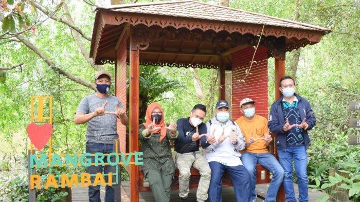 Disporbudpar Batola beserta rombongan saat peninjauan lokasi ekowisata pulau Curiak dan Desa Wisata Muara Kanoko