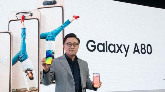 DJ Koh, President and CEO of IT & Mobile Communications Division at Samsung Electronics, saat memperkenalkan Galaxy A80 dalam acara peluncuran di Bangkok, Thailand, Rabu (10/4/2019).