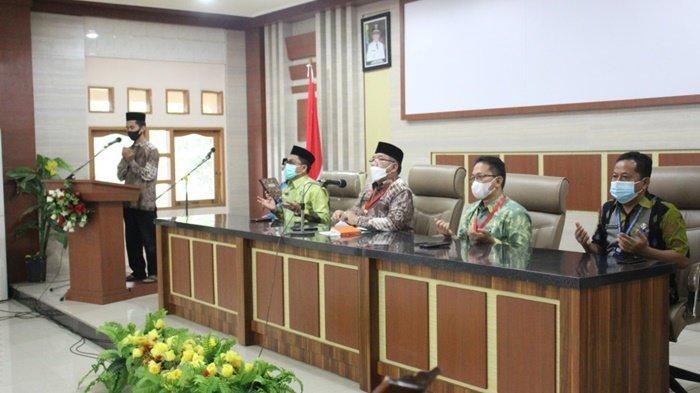 Doa bersama pada kegiatan penyerahaan bonus kepada anggota kafilah Kabupaten Hulu Sungai Utara yang meraih juara di Musabaqah Tilawatil Qur'an tingkat Provinsi Kalimantan Selatan, Kamis (6/5/2021).