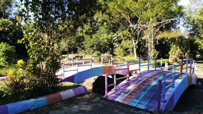 Jembatan Warna-warni Jadi Spot Foto Favorit di Hutan Kota Tanjung Persada