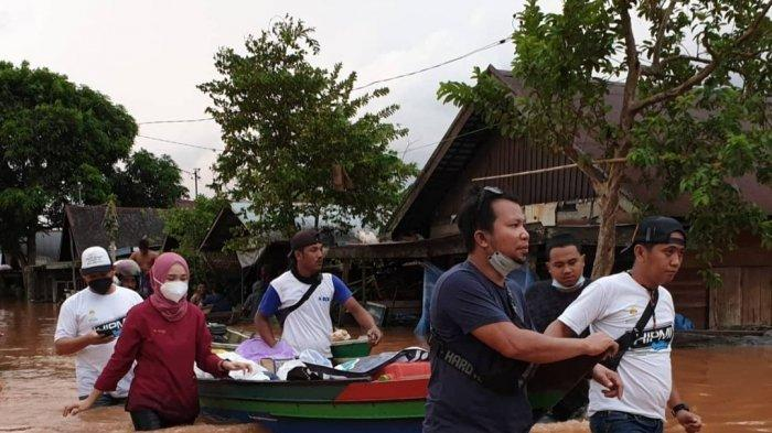 Dokter Sorayya Kayuh Perahu Bawa Logistik Tembus Tingginya Banjir di Kalsel