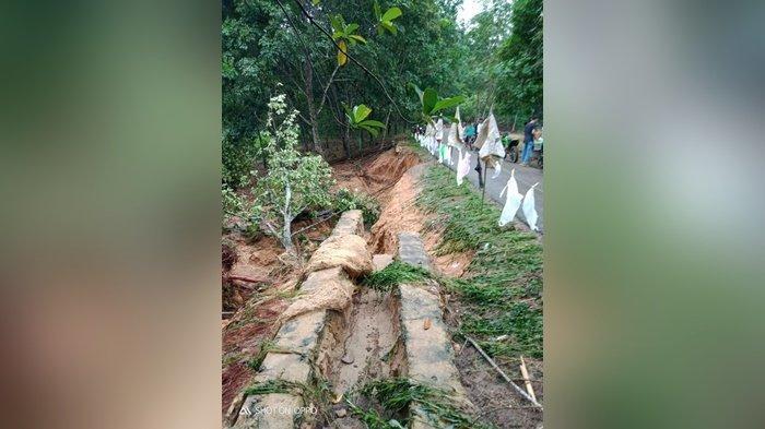 Digerus Banjir, Jalan Kabupaten di Desa Paring Guling Tapin Terancam Rusak