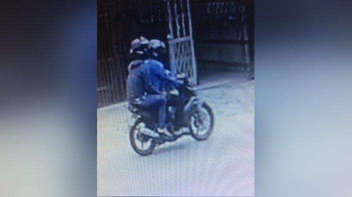 Dua pelaku penjambretan yang terekam CCTV, setelah merampas gelang emas korban, di Desa Mandingin, Kecamatan Barabai, Kabupaten Hulu Sungai Tengah, Provinsi Kalimantan Selatan, Senin (8/3/2021).