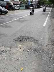 Awas Jalan Berlubang di Jalan Nasional, Desa Purut Bungur