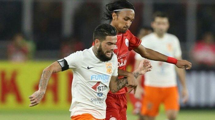 Duel Diego Michiels dan Rohit Chand saat laga Persija Jakarta kontra Borneo FC.