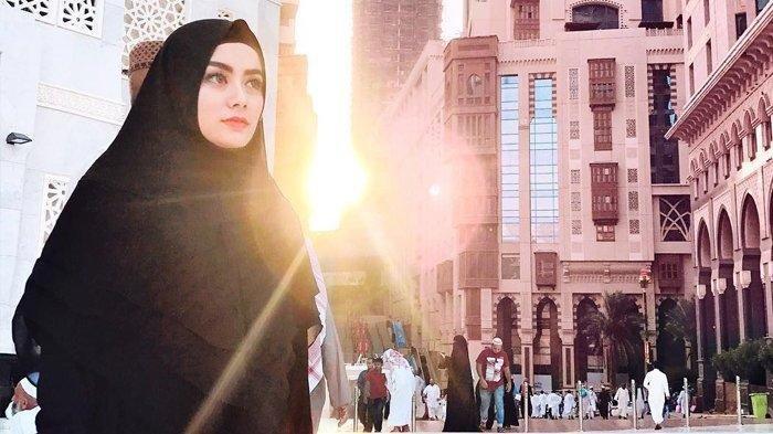 Sosok Wanita yang Menghajikan Istri Ifan Seventen Lewat Badal Haji, Dylan Sahara Kini Bergelar Ini