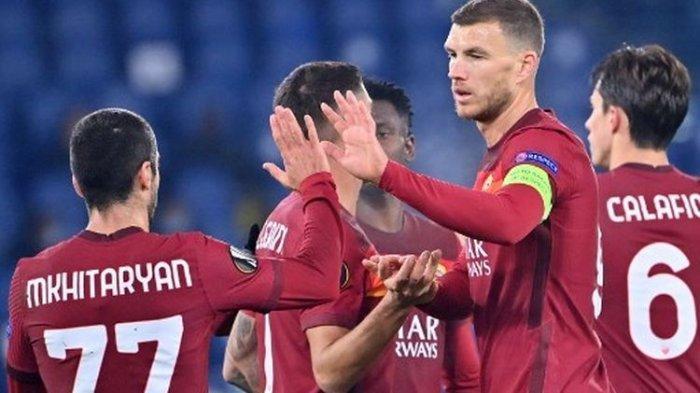 Edin Dzeko (kapten) merayakan golnya bersama rekan satu timnya pada laga kelima Grup A yang mempertemukan AS Roma vs Young Boys di Stadion Olimpico, Jumat (5/12/2020) dini hari WIB.