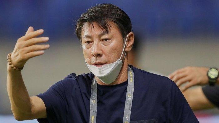 Ekspresi pelatih Timnas Indonesia Shin Tae-yong saat melawan Vietnam di kualifikasi Piala Dunia 2022 Senin (7/6)