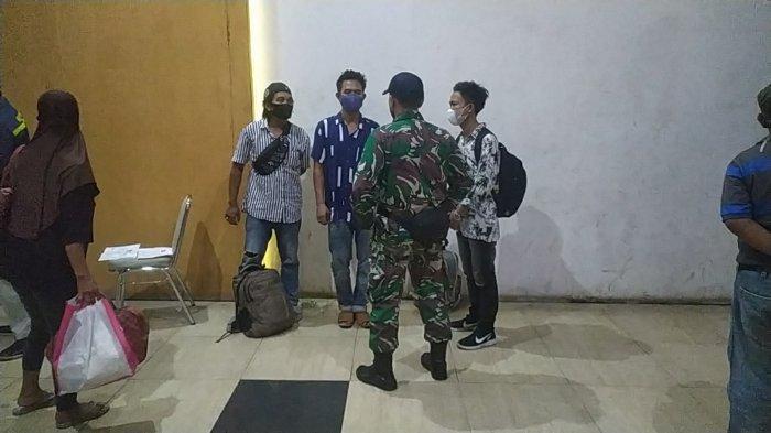 Anggota TNI saat menanyai tiga penunpang KM Niki SAE tanpa tiket, di Pelabuhan Trisakti Banjarmasin, Sabtu (22/5/2021) dini hari.