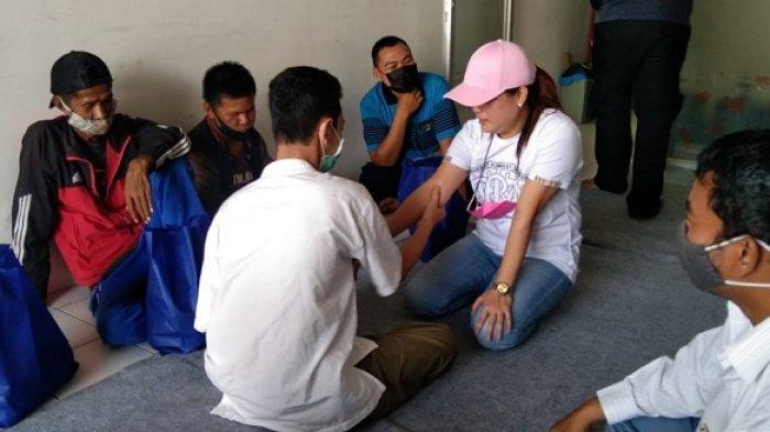 Emi Banjarbaru  saat berkunjung dan berbagi sembako kepada warga Difabel di Sukamara, Banjarbaru, Jumat (30/4/2021).