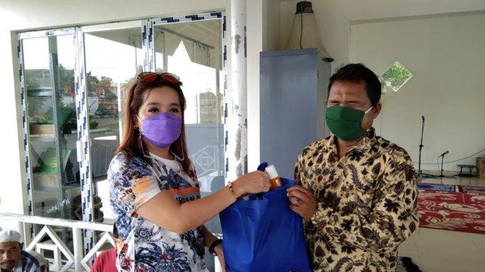 Anggota Komisi III DPRD Banjarbaru Emi Lasari berbagi sembako dan bersilaturahmi dengan kolompok tuna netra yang tergabung di Persatuan Tuna Netra Indonesia (Pertuni) Banjarbaru di Jalan Trikora Komplek Disabilitas Indah Banjarbaru, Jum'at (7/5/2021) sore.