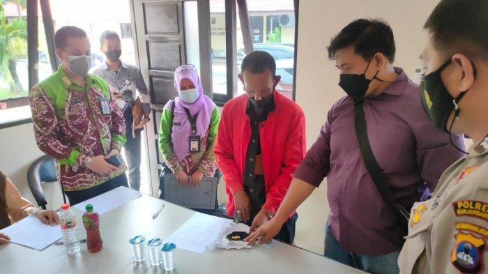 Emas 36,42 gram yang Diserahkan Ricky untuk Bayar Pajak ke Samsat Banjarbaru Diambil Pihak Keluarga