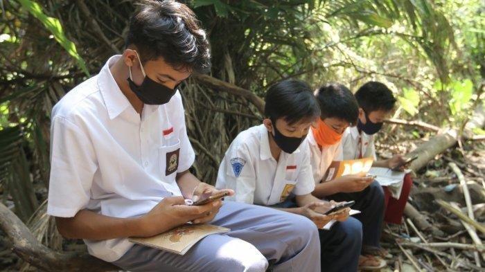 Empat pelajar sekolah di Jalan Nangka, Gang Stial terpaksa nebeng WiFi milik tetangga untuk mengikuti pelajaran daring karena orangtua tak mampu beli kuota internet, Kamis (23/7/2020). Mereka mengatakan terkadang ada ular sanca tiba-tiba muncul.
