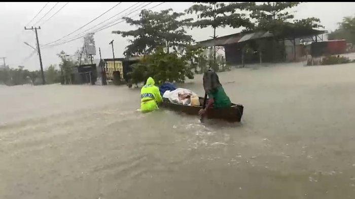 Air Sungai di Pandahan Tala Kian Meluap, Polantas Gerak Cepat Ungsikan Warga