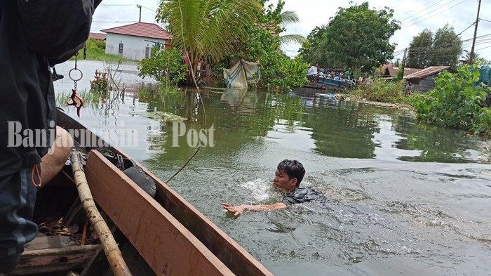 Banjir di Kalsel, Lelaki Ini Bolak-balik Evakuasi Warga di Semangat Dalam Kabupaten Batola