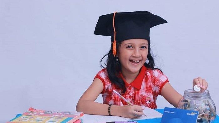 Tips Anak Melek Keuangan, Begini Dina Ajarkan Anak Keluarkan Uang