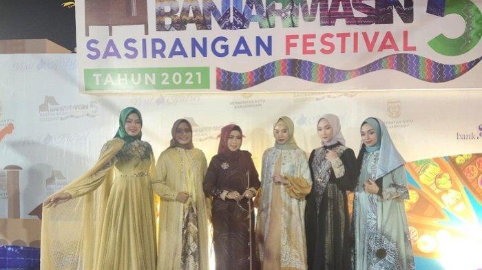Fashion Show Sasirangan Semarakkan Pembukaan Banjarmasin Sasirangan Festival (BSF) ke-5